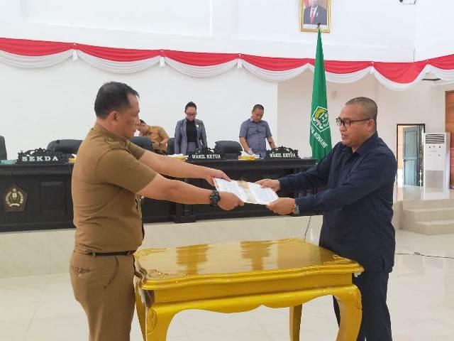 Penyerahan hasil pembahasan Raperda dari Ketua DPRD Konawe Dr. H. Ardin, S.Sos, M.Si ke Sekda Konawe DR. Ferdinan, SP.,MH