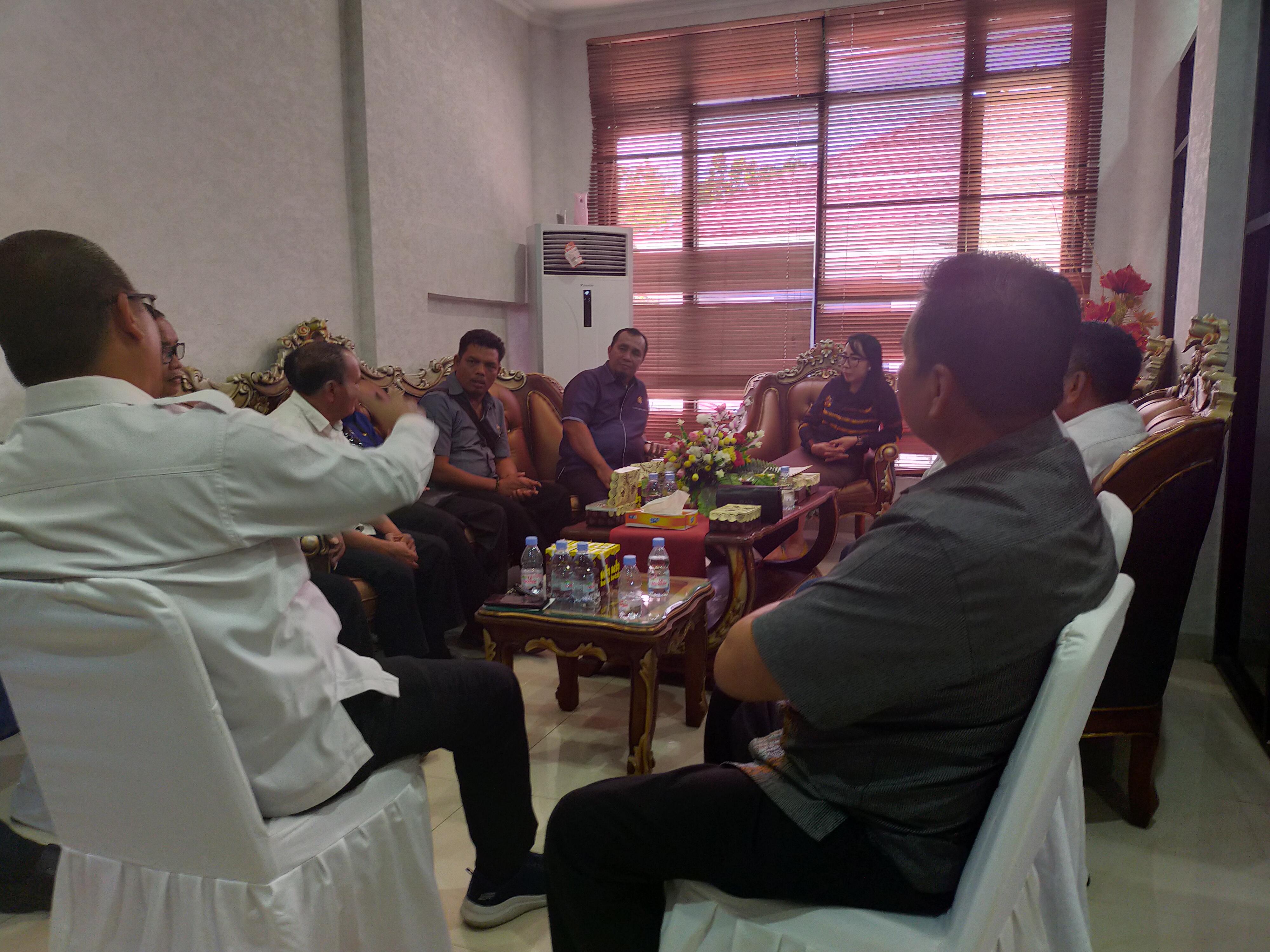 Ketgam : Anggota DPRD Konawe berdiskusi dengan anggota DPRD Langkat di ruangan Wakil Ketua Satu DPRD Konawe, Kadek Rai Sudiany