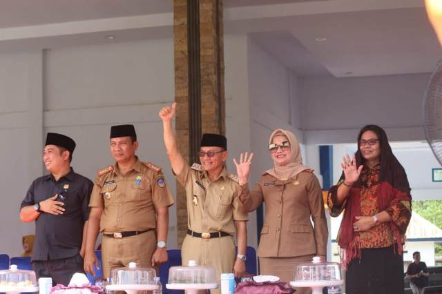 Ketgam : Bupati Kolaka Timur, Drs. H Tony Herbiansyah M.Si. (pake songkok) saat melambaikan tangan pada peserta defile