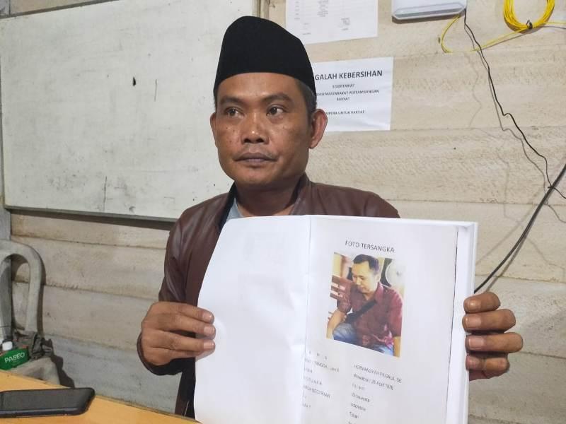 Ketua DPP HMTI Muh. Hajar saat menunjukan foto status tersangka Hermasya Pagala