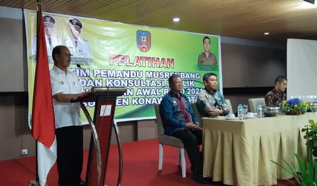 Ketgam : Surunuddin Dangga saat menyampaikan sambutannya yang disaksikan ketua DPRD Konsel, Irham Kalenggo