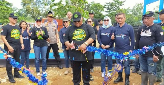 Ketgam : Gubernur Sultra H. Ali Mazi saat menggunting pita tanda dimulainya Konawe expo dalam rangka HUT Konawe ke 60 tahun