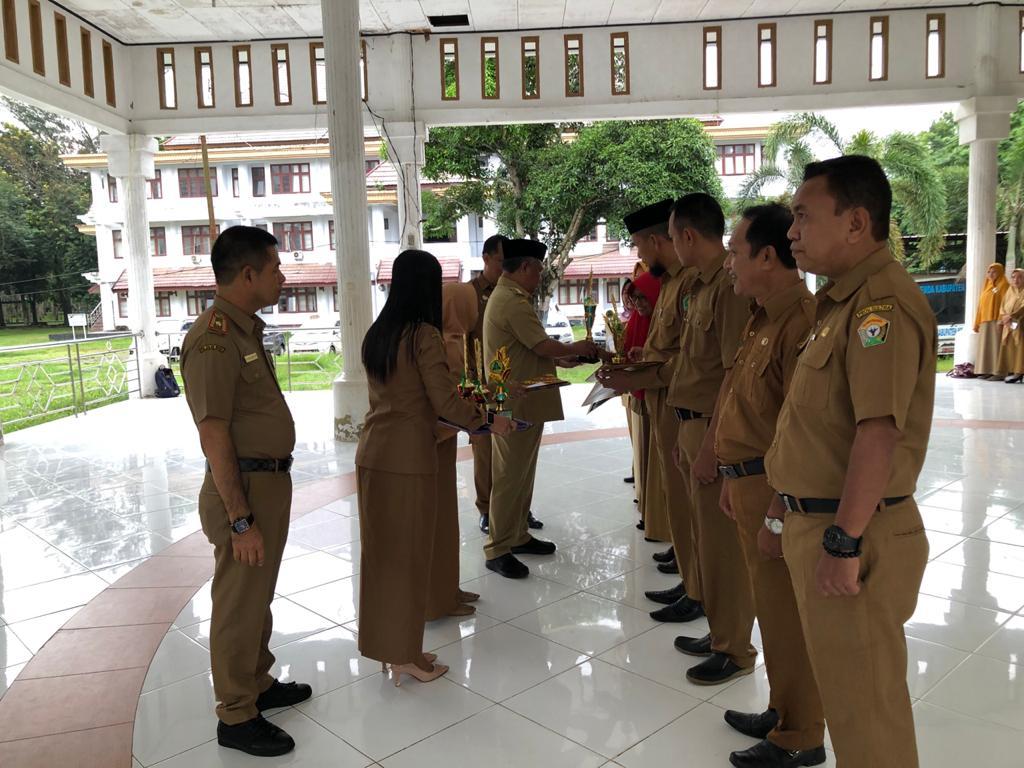 Ketgam : Bupati saat menyerahkan penghargaan pada kepala sekolah