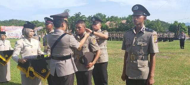 Ketgam : Kapolda Sultra menyematkan tanda pangkat Bintara Polri angkatan 44 tahun anggaran 2019-2020.