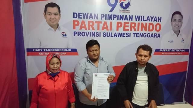Sekretaris DPW Sultra partai Perindo Ario Wira Setiawan (Tengah)