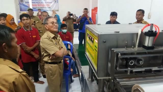 Ketgam : Bupati Koltim, Tony Herbiansyah saat melihat proses produksi Air Dalam Kemasan milik Bumdes Berkah Matabondu