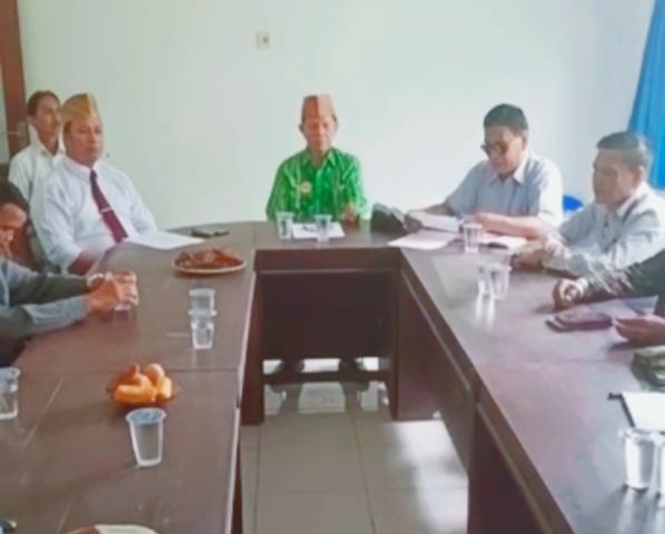 Ketgam : Kenprensi Pers Lembaga Adat Tolaki (LAT) Sulawesi Tenggara (Sultra)Ketgam : Kenprensi Pers Lembaga Adat Tolaki (LAT) Sulawesi Tenggara (Sultra)