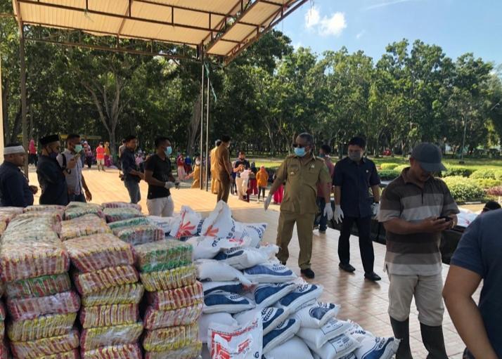 Ketgam : Bupati Konawe Kery Saiful Konggoasa bersama Fachry Vahlevi Konggoasa memantau kesiapan pembagian sembako