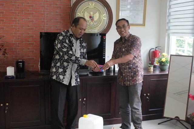 Ketgam : Bupati Konut Ruksamin (kiri)menyerahkan LKPD ke BPK RI perwakilan Sultra