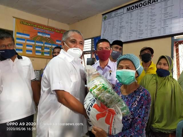 Ketgam : Bupati Konawe Kery Saiful Konggoasa secara simbolis menyerahkan bantuan sembako pada lansia