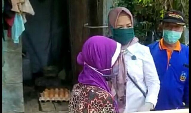 Ketgam: isteri Bupati Koltim, Ir,. Hj. Surya Adelina Tony Herbiansyah menyerahkan paket semabko ke warga kurang mampu
