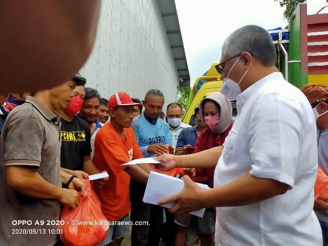 Ketgam : Bupati Konawe Kery Saiful Konggoasa saat menyerahkan bantuan sembako dan uang tunai pada buruh Bulog