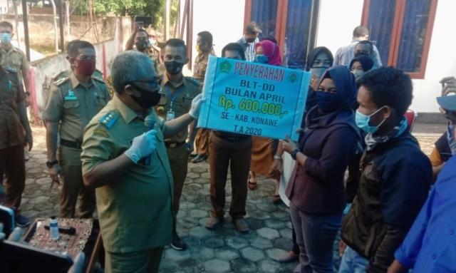 Ketgam : Bupati Konawe menyerahkan secara simbolis bantuan dana desa ke warga