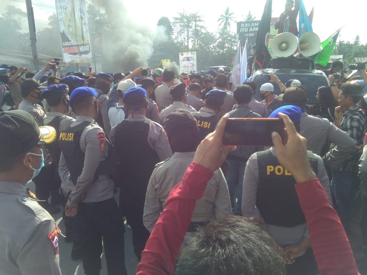 Ketgam : Massa aksi saat menggelar orasi di pintu masuk Bandara Haluoleo