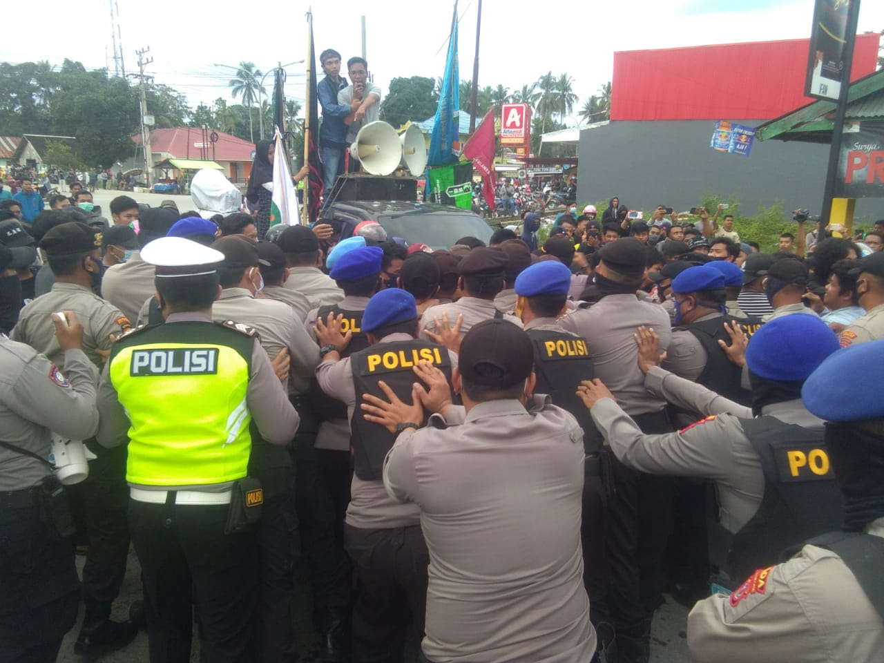 Ketgam : Polisi saat mengahalau massa aksi yang hendak masuk bandara Udara haluole
