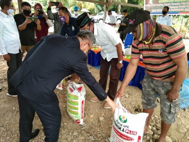 Ketgam: Bupati Koltim, H. Tony Herbiansyah membagikan pupuk ke sejumlah kelompok tani di wilayahnya.