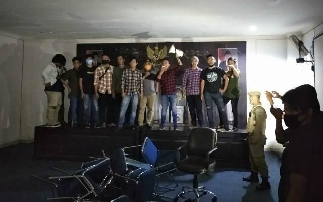 Ketgam : massa aksi penolak TKA china saat menduduki kantor ruangan rapat kantor Bupati Konawe