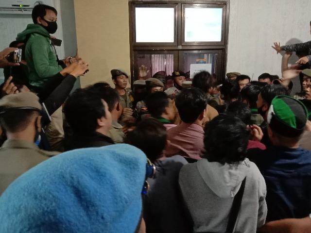 Ketgam : Massa aksi HMI cabang Konawe merangsek masuk kantor Bupati Konawe