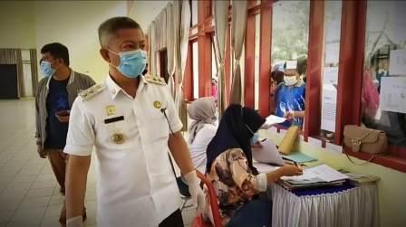 Ketgam : Wakil Bupati Konawe Gusli Topan Sabara saat memantau loket pendaftaran TKL
