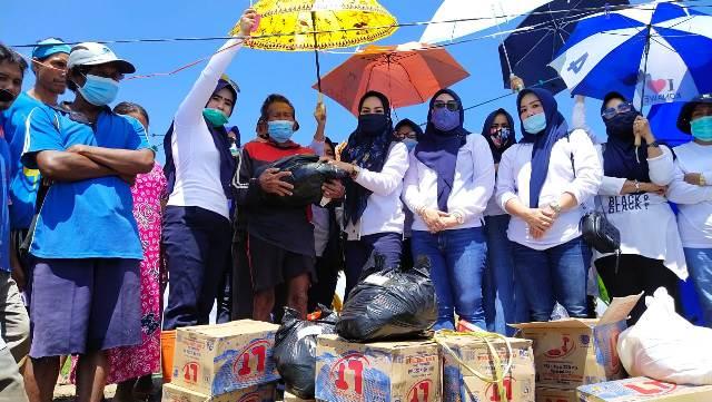 Ketgam : Tim Penggerak (TP) Konawe bersama menyerahkan sembako pada warga.