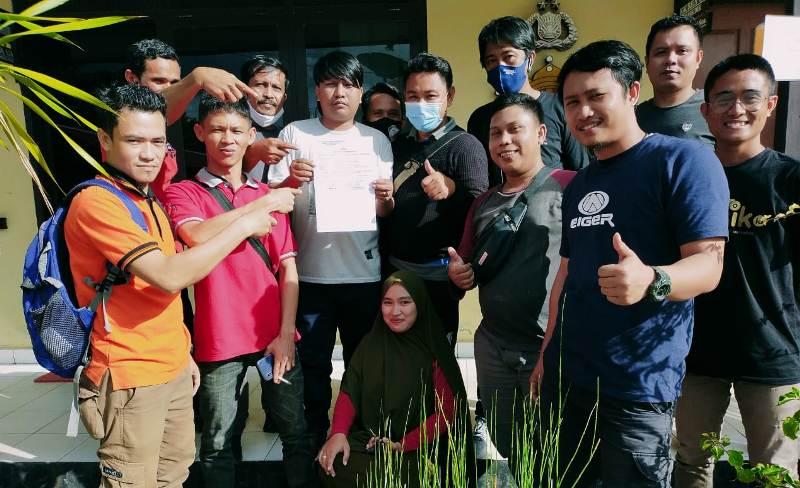 Ketgam : Sejumlah wartawan Konawe saat berfoto bersama, usai menerima surat tanda terima aduan dari penyidik Polres Konawe.