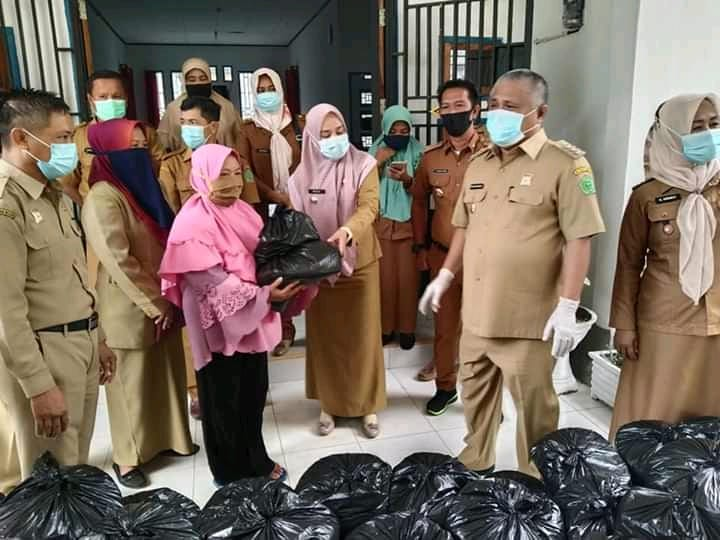 Ketgam : Kery Saiful Konggoasa saat menyerahkan bantuan secara simbolisi ke Pemerintah kecamatan Unaaha untuk dilanjutkan pada warga terdampak