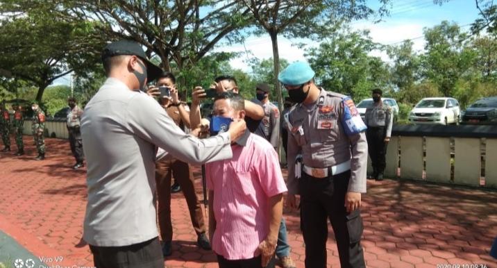 Waka Polres Konawe Kompol Jajang Kiswara, A.Md. saat memasangkan masker masyarakat