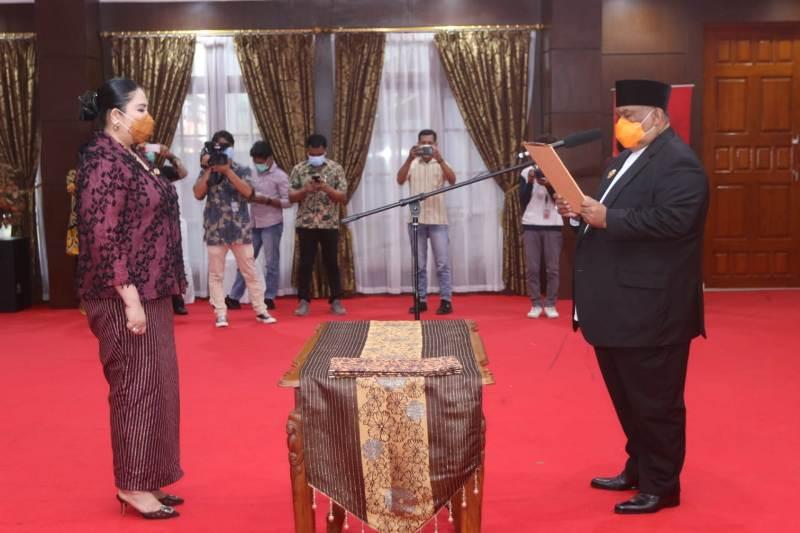Agista Ariany saat dilantik sebagai Bunda Baca Sultra oleh Gubernur Sultra, H Ali Mazi
