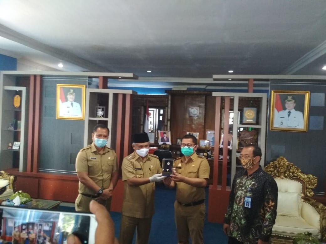Bupati Kery Saiful Konggosa dan Wabup Gusli Topan Sabara saat menerima plakat Opini WTP ke 5 dari Kementrian Keuangan RI melalui Kepala kantor wilayah Ditjen PBN Sultra, Arif Wibawa yang disaksikan Sekda Konawe Ferdiand.
