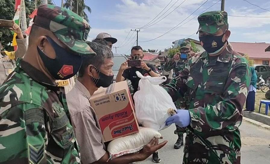 Dandim 1417/Kendari Kolonel Kav Agus Waluyo, S.I.P saat menyerahkan bantuan sembako