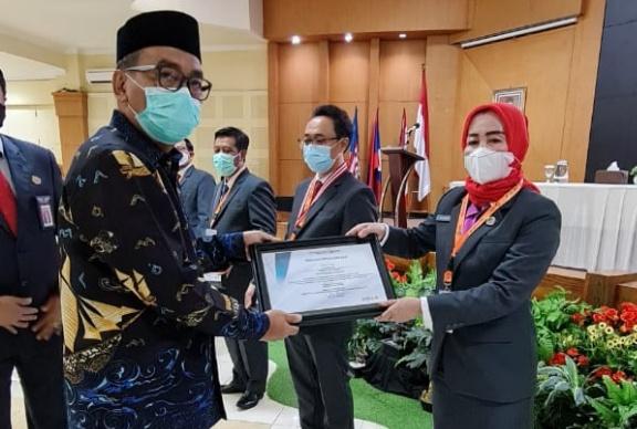 Sekwan DPRD Konawe, Sumanti, S.Sos, M.Si saat menerima penghargaan The Fighting Spirit Reformer usai mengikuti Pelatihan Kepemipinan Nasional (PKN) tingkat ll Angkatan VIII yang digelar Lembaga Administrasi Negara (LAN) Makassar Provinsi Sulawesi Selatan (Sulsel).