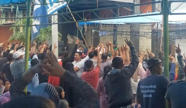 Pendukung Pasangan SBM - Andi Merya saat merayakan kemangan hasil Quikcount