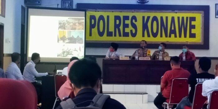 Kepala Kepolisian Resort Konawe (Kapolres) AKBP Yudi Kristanto, bersama wakil Bupati Konawe Gusli Topan Sabara bersama perwakilan Lat saat menerima mass Akasi di aula Mapolres Konawe