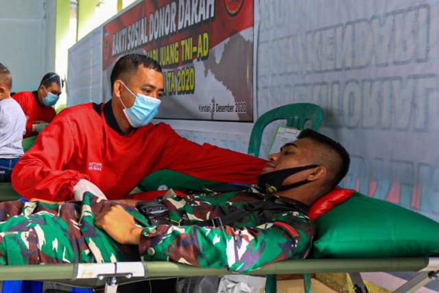 Ketgam :Suasana bakti sosial Kodim 1417 Kendari Gelar Donor Darah kerjasama Palang Merah Indonesia (PMI) Kota Kendari