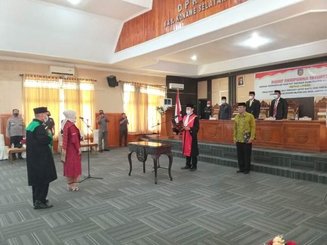 Ketgam I : Hj Hasnawati saat diambil sumpahnya sebagai Wakil Ketua II oleh Kepala PN Andoolo