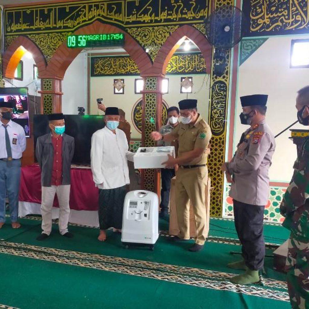 Ketgam : Penyerahan bantuan secara simbolis oleh Sekda Konawe dr Ferdinand pada pimpinan Ponpes Al-Ikhlas di masjid Ponpes Al-Ikhlas Selasa 07 September 2021