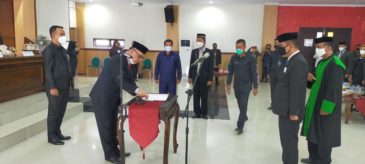 Ketgam : Bupati Kolaka Timur (Koltim) Samsul Bahri saat mengambil sumpah jabatan Pj Setda Koltim Andi Muh. Ikbal Tongasa