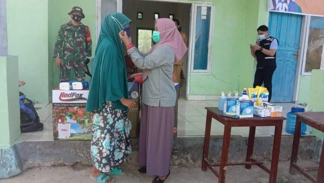Ketgam : Pemberian masker pada warga di Desa Watarema
