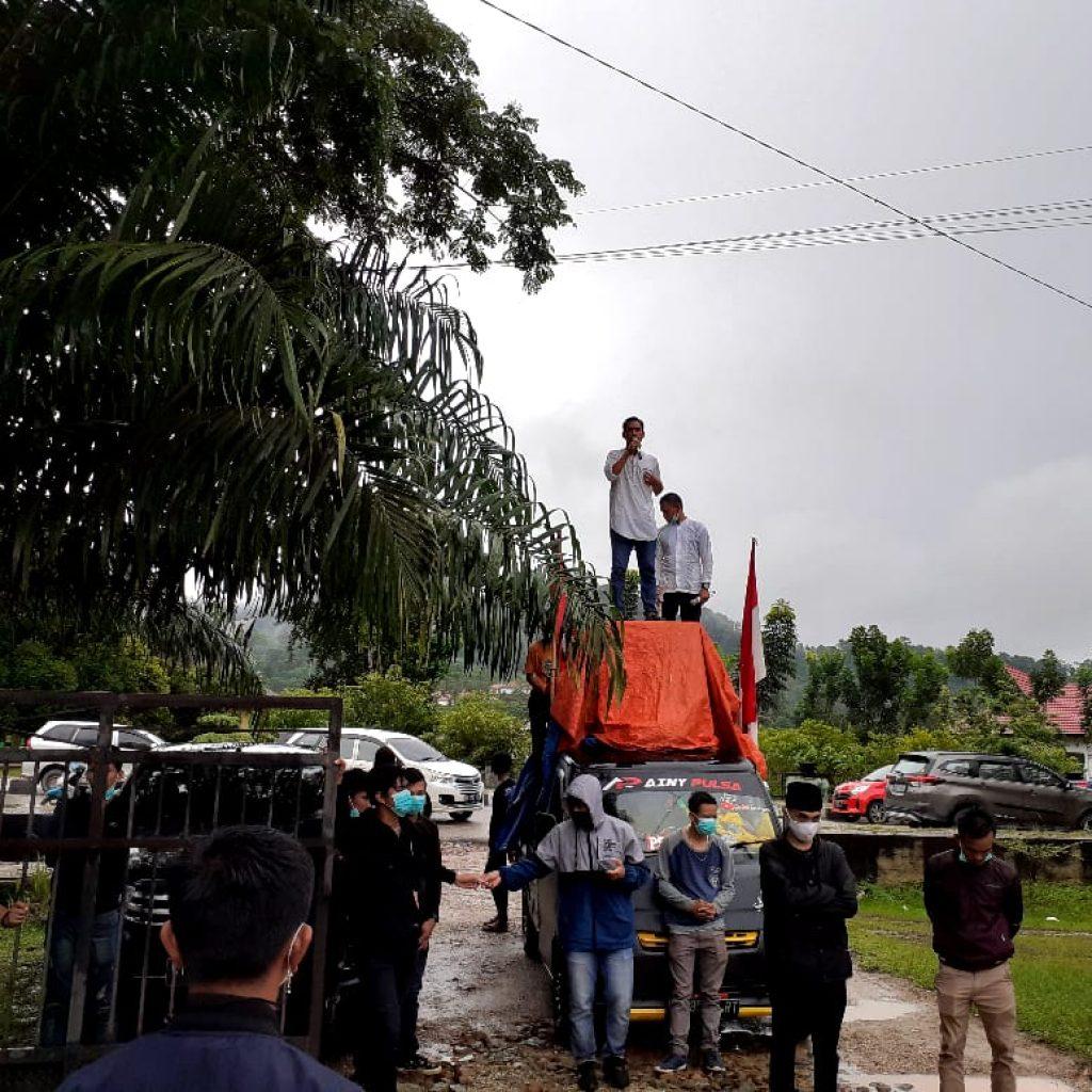 Ketgam : Sejumlah massa aksi saat melakukan unjuk rasa di depan RSUD Konawe Utara/Foto : Lin