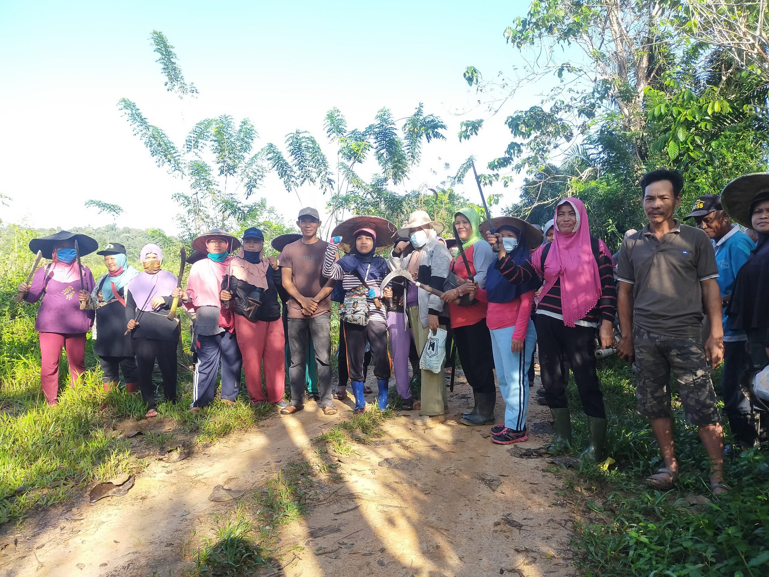 Kepala Desa Wonuahoa Marwan, SE bersama warga sebum melakukan pembersihan