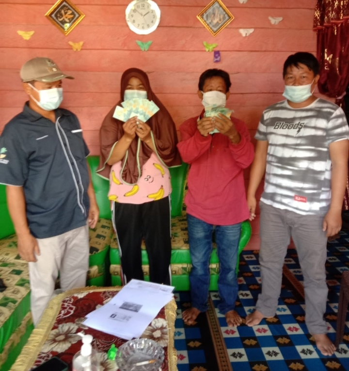 Ketgam : Penyerahan BLT DD oleh Kepala Desa Tanggobu Akil Fiad,S.Pi