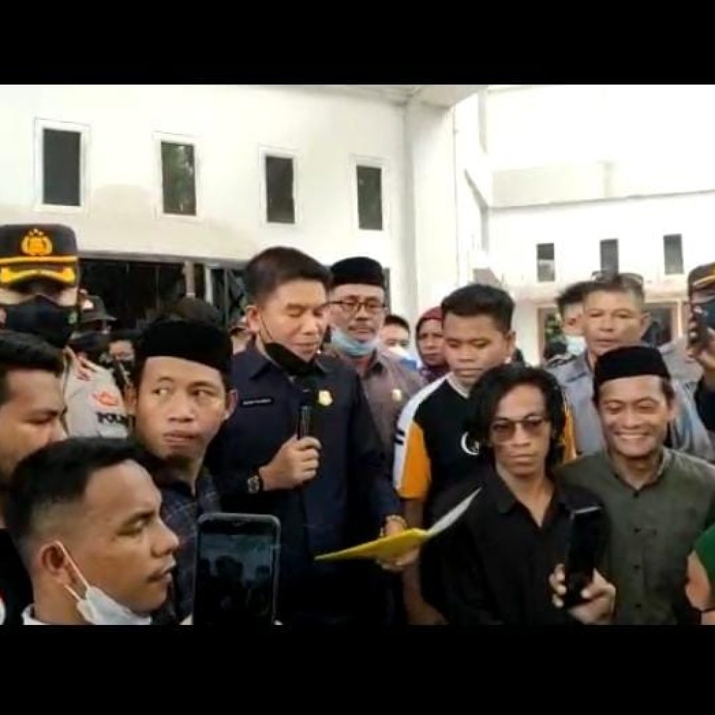 Ketua DPRD Konsel Irham Kalenggo saat menerima massa aksi dari Sapma-Konsel massa pendukung pinjaman PEN