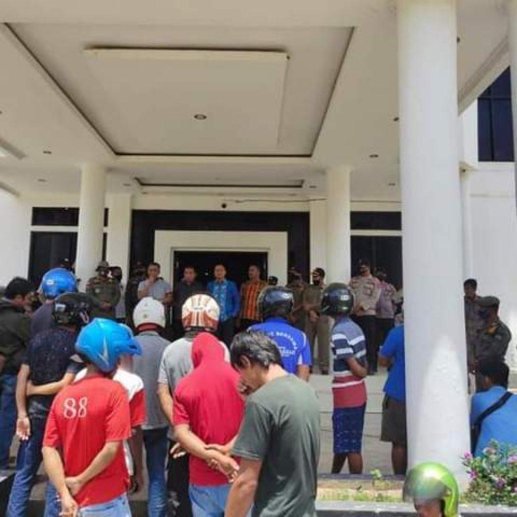 Aliansi Masyarakat Kabupaten Konawe saat menggelar unjuk rasa di kantor DPRD Konawe
