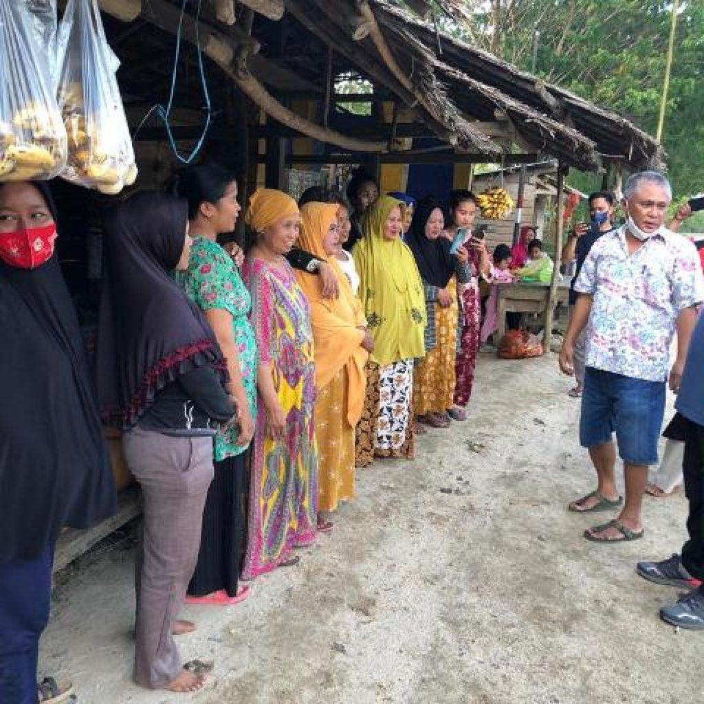 Bupati Konawe Kery Saiful Konggoasa saat menyambangi emak-emak pejual sayur dan aneka makanan