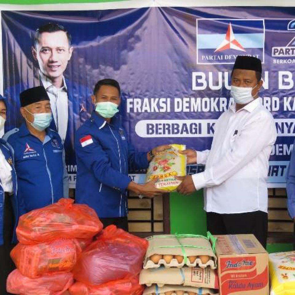 Ketgam 1: Ketua Fraksi Demokrat DPRD Konsel, Ramlan saat menyerahkan paket sembako secara simbolis, yang diterima oleh Ketua Ponpes Darul Ihsan Kecamatan Palanga