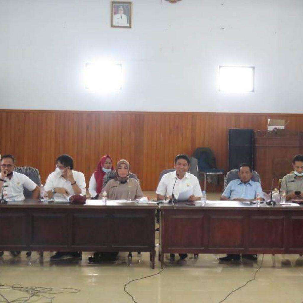 Ketua DPRD Konsel Irham Kalenggo Saat memimimpin RDP PT KIc bersama Warga Baito
