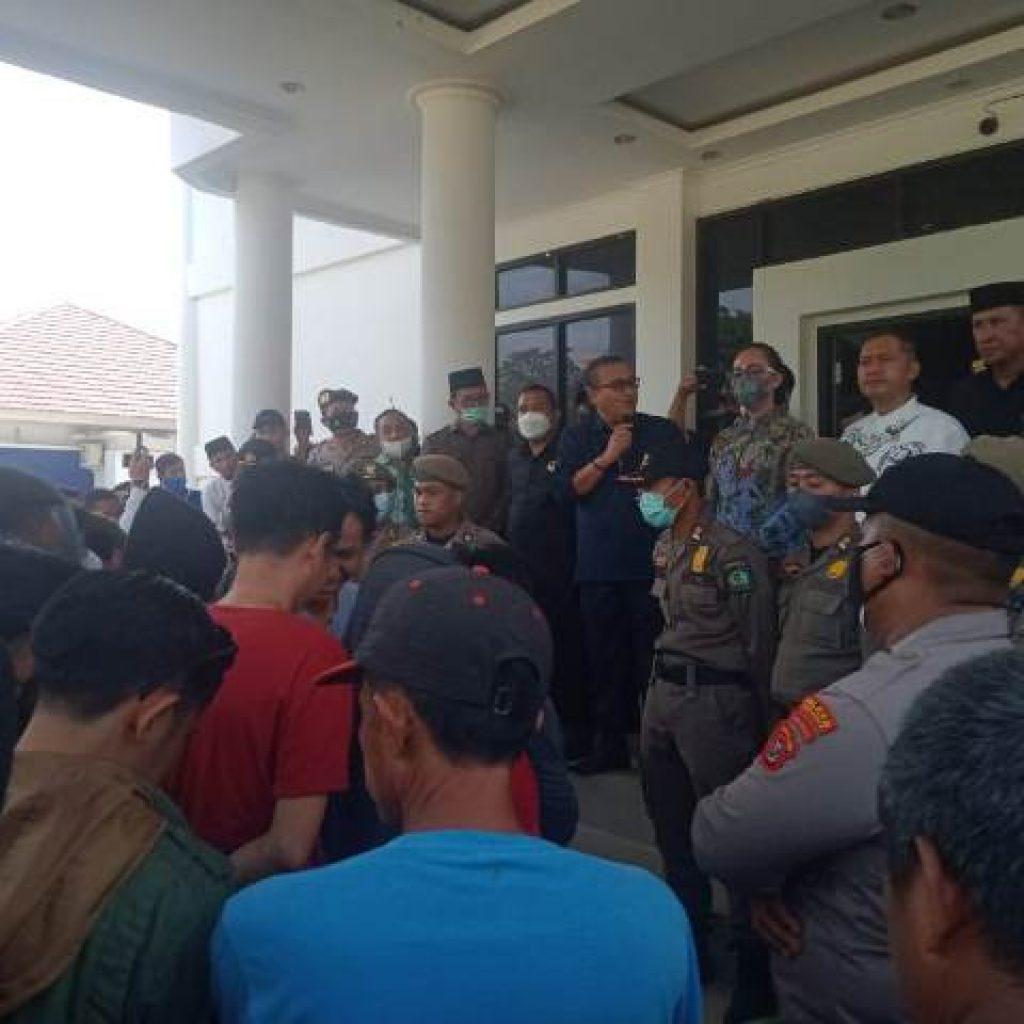 Ketua DPRD Kabupaten Konawe, Dr.Ardin bersama anggota DPRD lainnya menerima massa aksi
